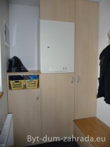 Vestavěné skříně na míru se hodí zejména do malých či atypických prostorů. Zde řešení v předsíni s plynovým kotlem.