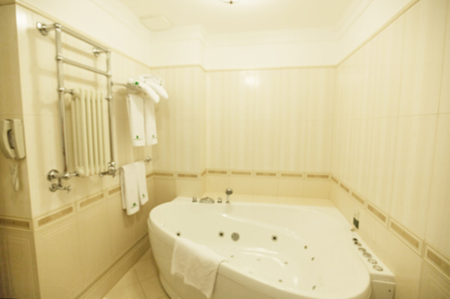 Rohové vany jsou chytrým řešením do všech koupelen